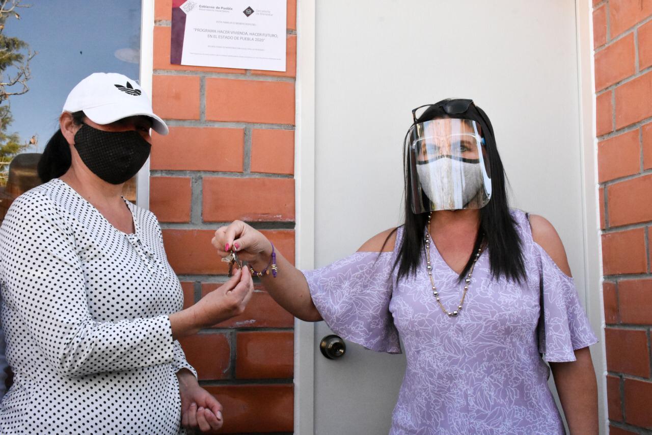 NORMA LAYON ENTREGO LAS DOS PRIMERAS VIVIENDAS DEL PROGRAMA HACER VIVIENDA HACER FUTURO1
