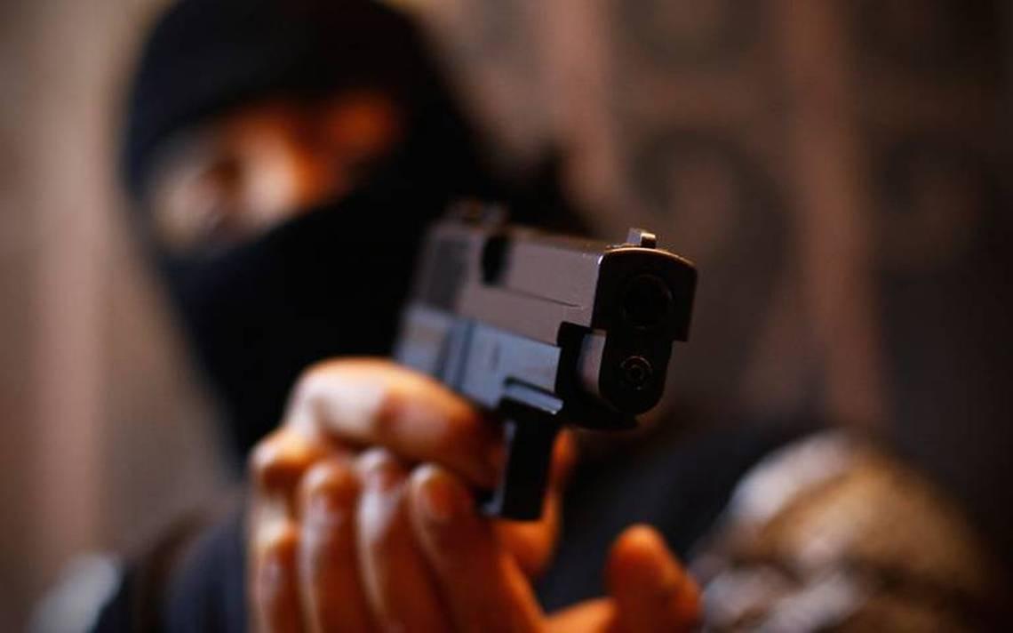 asalto robo arma manos capucha ladron