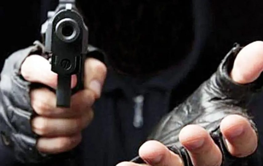 asalto robo manos capucha arma