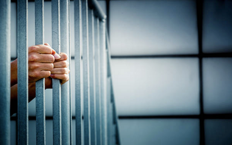 prision rejas mano mujer carcel